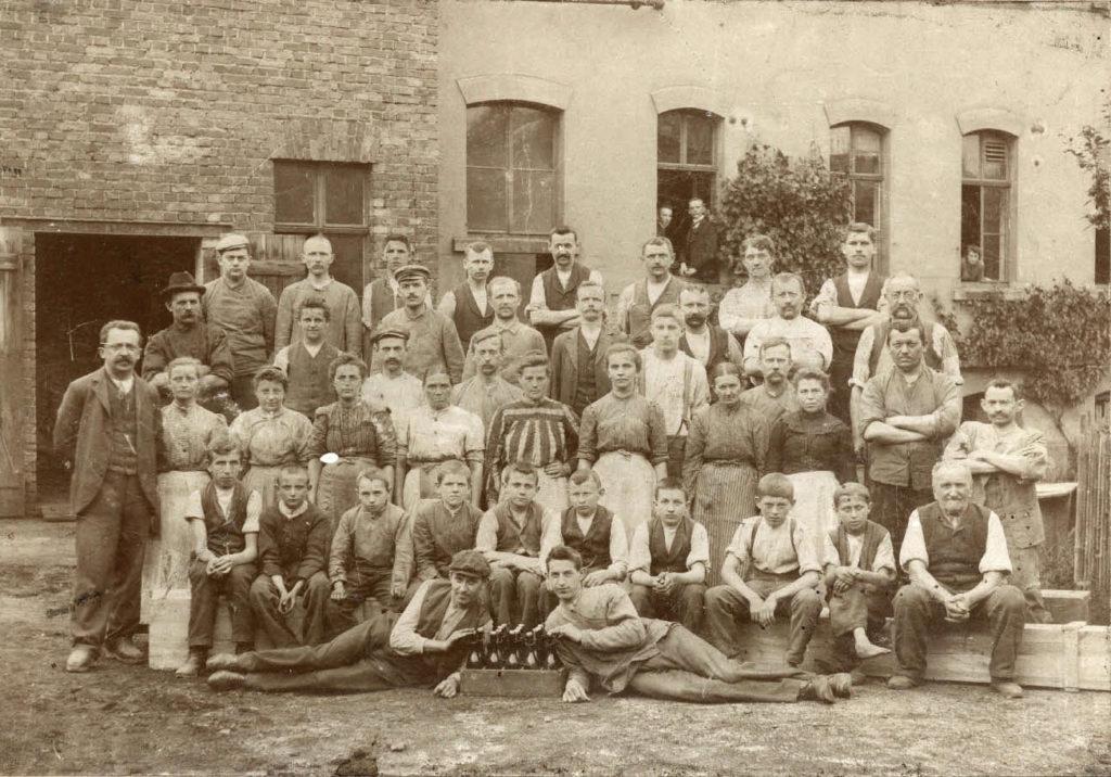 Die Belegschaft vor den Fabrikgebäuden, ganz links der Inhaber Rudolf vom Hau, 1904 (Kreismuseum Grimma)