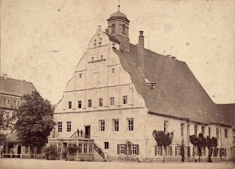 Die Glasveranda vor dem Eingang ins Alte Rathaus musste im Zuge der Brunnenerrichtung abgerissen werden, Photographie 1897 (Kreismuseum)