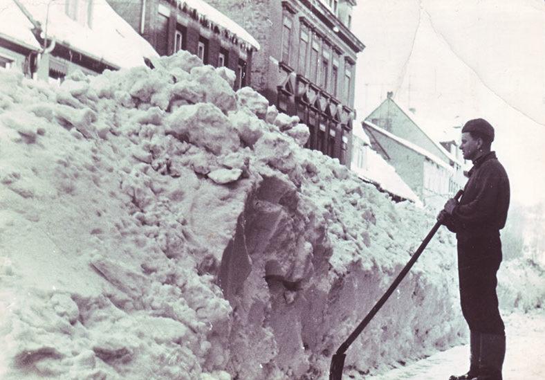 Schneemassen in der Hohnstädter Straße im Winter 1969/70 (Bernd Voigtländer). Vom Schneechaos 1886 sind zwar keine Bilder aus Grimma bekannt, aber den zeitgenössischen Beschreibungen nach lag der Schnee, wie, auf diesem Bild, meterhoch in den Straßen.