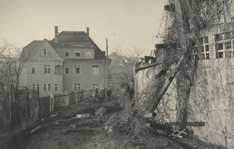 Die Stelle des Einschlags mit dem Brandversicherungsamt im Hintergrund, 19.11.1940 (Kreismuseum)