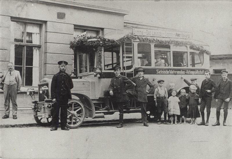 Büssing-Bus, 1913 (Kreismuseum) Aus Anlass der Eröffnung des Busverkehres entstand diese Aufnahme am Unteren Bahnhof in Grimma.